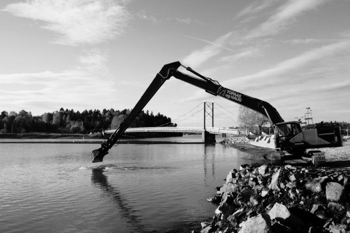 Anleggsarbeider i sjø, med Volvo EC300EL – lang stikke – leies ut